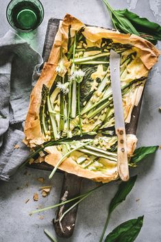 Filo tart with wild garlic and asparagus - a thousand tins Quiches, Pizza, Food Photography Styling, Spring Recipes, Savoury Dishes, Food Design, I Love Food, Soul Food, Food Inspiration