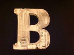 Lettera in legno di rovere recuperato in una darsena della laguna veneta.