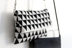 Triforce-iltalaukku crochet pattern clutch by Molla Mills