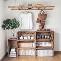 木箱を上に重ねていくだけで、ナチュラルで風合いのあるおしゃれなシェルフに!向きによってできる高低さを利用して、お花やオブジェなどを飾ってもおしゃれです。