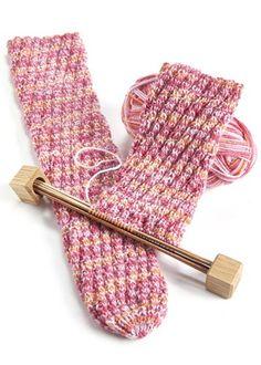 Putkisukat karkkiväreissä Knitting Socks, Fingerless Gloves, Arm Warmers, Knitting Patterns, Diy, Crafts, Fashion, Knit Socks, Fingerless Mitts