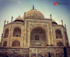 Son créateur, l'empereur Shah Jahan, a dit qu'il a fait «couler les larmes des yeux du soleil et de la lune». Chaque année, les touristes comptant plus de deux fois la population de Agra passent par ses portes pour admirer l'un des plus beau monument du monde - Le Taj Mahal. Construit en mémoire de sa femme bien-aimée Mumtaz Mahal, ce symbole d'amour est inscrit au patrimoine mondial et semble aussi immaculé aujourd'hui comme quand il a été construit.