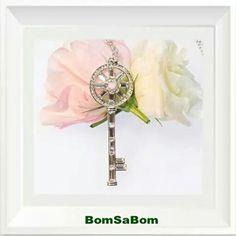 Şıklığın ve zerafetin kapıları tek tek açılıyor. Anahtarınızı boynunuzdan çıkarmayın.  www.bomsabom.com