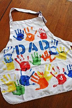 DIY Apron for Father's Day Catchmypartycom Father's day Diy craft apron for kids diy - Kids Crafts Diy Father's Day Gifts Easy, Easy Fathers Day Craft, Homemade Fathers Day Gifts, First Fathers Day Gifts, Fathers Day Quotes, Father's Day Diy, Fathers Day Crafts Preschool, Fathers Day Art, Diy For Kids
