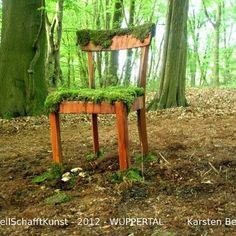 Wie ein weiches Sitzkissen liegt das Moos auf der Stuhlfläche. Einladend und doch dem Wunsch sich zu setzen widerstehend lehrt der Anblick den Respekt vor der Natur, die den Platz bereits belegt hat. Respect, Art Projects, Chair Pads, Wish, Nature