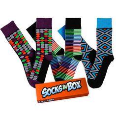 Retro vzory ve výrazné barevné kombinaci se vrací v limitované re-edici k 5letému výročí značky SocksInBox.  Zářivé barvy vystupující z čeného pozadí úžasně ladí k modrým, černým i šedým outfitům. Velikosti 36-40, 41-45 a 46-48