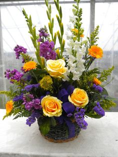 California Basket - love it! Roses, statice, gladiolus and others. Beautiful arranged #Arreglosflorales