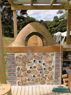 cob pizza/ bread oven (my brother-in-law and my friend made this in NZ). Gotta get one made here at home now