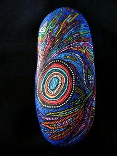 25, Galet peint à l'acrylique multicolore et verni