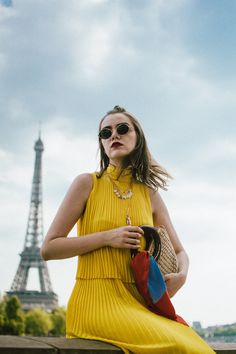Wore this cute yellow dress I got for my friends wedding and I thought it would also look cool paired with sneakers and a straw bag . Cute Yellow Dresses, Yellow Wedding Dress, Yellow Midi Dress, Dress Wedding, Sneakers Paris, Gucci Sneakers, Dress With Sneakers, Leather Sneakers, Pleated Dresses