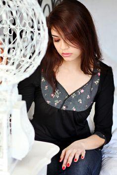 Dieses schwarze Shirt, aus sehr angenehm zu tragenem Jersey, ist vorn und an den Ärmelenden mit einem floralen Baumwollstoff abgesetzt.  Des Weiter...
