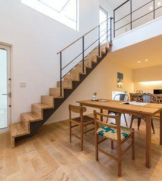 インテリアとしても自然ととけ込む、シンプルな木製階段。 踏み板と蹴込み板を連続させ、床板をめくり1F・2Fをシームレスにつなげるイメージでデザインしています。 手摺カバーなど、 肌に触れる部分は木のぬくもりを感じられる仕様となっています。 #casacube#カーサキューブ #casaの家  #白い家#四角い家#白い壁 #外壁 #塗り壁 #天窓#自然光#ベルックス #velux #トップライト #スリット窓 #自然素材  #インテリア #デザイン住宅 #キューブ #キューブ型 #キューブ型住宅 #間取り#ライフスタイル #シンプル #シンプルな暮らし#丁寧な暮らし #収納#ミニマムライフ   #戸建て新築#憧れの部屋#憧れの暮らし #家づくり#くらし #マイホーム #家探し#マイホーム建築#マイホーム #マイホーム計画中の人と繋がりたい #インテリア好きな人と繋がりたい #インテリア好き 仕様|about casa cube|【公式】casa cube 究極のシンプルハウス Stairs, Google, Home Decor, Stairway, Decoration Home, Room Decor, Staircases, Home Interior Design, Ladders