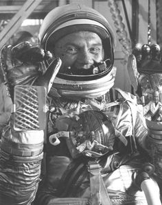 Look Closely at This Picture of John Glenn | Smart News | Smithsonian