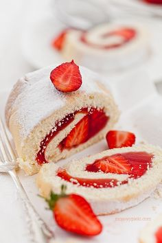 jelly and strawberries swiss roll cake Fairy Food, Cupcakes, Small Cake, Specialty Cakes, Eat Dessert First, Desert Recipes, Cakes And More, Sweet Recipes, Delicious Desserts