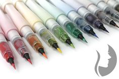 Wink of Stella Brush jsou fixy se třpytkami, které obsahují pigment na vodním základu. Nylonový štětcový hrot umožňuje tenké i tlusté linky. Ideálně se hodí nejen na scrapbooking.