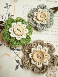 Crochet flower, lace and button. So pretty!  Link to the blog http://orangemeee.blog61.fc2.com/