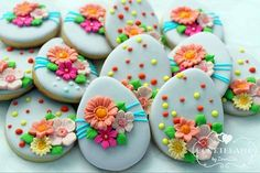 Easter eggs cookies with small flowers No Egg Cookies, Fancy Cookies, Holiday Cookies, Sugar Cookies, Cake Cookies, Easter Cupcakes, Easter Cookies, Easter Treats, Sugar Eggs For Easter