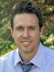 Brad Burke, Médico, extraoficialmente inició su carrera como escritor en la escuela de medicina cuando empezó a escribir libretos de largo metraje. Después de su residencia en UCLA, Brad tomó un sabático de cinco años de la medicina para escribir la serie: Un Médico investiga. Actualmente, Brad trabaja como especialista de medicina física y rehabilitación (psiquiatra).