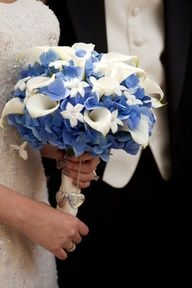 Almost exactly wut I wnt... blue hydrangeas mixed w the deep purple/white cala-lilies & dark blue cala-lilies!