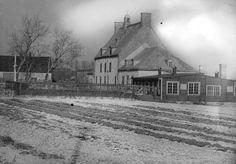 Cette vieille photo de la ferme Saint-Gabriel, à Pointe-Saint-Charles, est toute jeune si on la compare à celles qui ont vécu ici le début d'une aventure incroyable, et pas toujours heureuse, en Nouvelle-France. Est-ce qu'une cinéaste saura un jour transposer à l'écran la vie de ces mères de la nation que la nation ignore? Of Montreal, Canada, Saint Charles, Urban Photography, Old Pictures, The Neighbourhood, Hui, House Styles, Genealogy