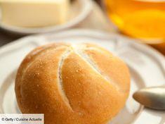 Recette Petits pains à l'huile d'olive. Ingrédients (4 personnes) : 400 g de farine, 1 gros œuf, 1 cuil. à café de sucre en poudre... - Découvrez toutes nos idées de repas et recettes sur Cuisine Actuelle Olives, Food Staples, Bread Rolls, Croissants, Crackers, Muffins, Baking, Recipes, Lunches
