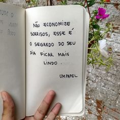 Não economize sorrisos L Quotes, Some Quotes, Quotes To Live By, Tumblr Iphone, Frases Humor, Memes Status, Just Be You, Some Words, Positive Vibes