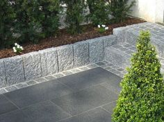 Hellgrauer Granit-Randstein als Beeteinfassung Idea staircase ? Light gray granite curb as bed border Modern Garden Design, Backyard Garden Design, Love Garden, Garden Landscaping, Back Gardens, Outdoor Gardens, Vegetable Garden Tips, Outdoor Stone, Garden Beds