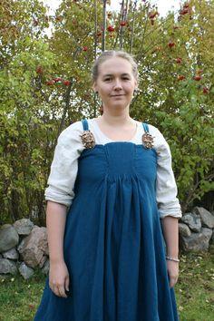 Köstrup apron dress Hantverkat.wordpress.com Viking Tunic, Viking Garb, Viking Reenactment, Viking Dress, Viking Clothing, Historical Clothing, European Clothing, Woman Clothing, Historical Photos