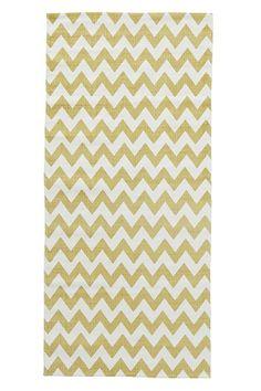 Teppe i vevd kvalitet med trykt mønster. Av 100% bomull. Vask 40°.<br><br>For økt sikkerhet og komfort, benytt en  antiglimatte som holder teppet på plass. Antiglimatten finnes i flere ulike størrelser. <br><br>100% bomull<br>Vask 40°