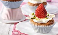 Rhabarber-Cupcakes mit Schoko-Blüten                              -                                  Muffins mit einer weißen Schoko-Blüte, Sahne und einer Erdbeere