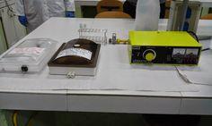 Montamos el equipo de electroforesis, añadimos las tiras de acetato de celulosa en tampon durante 10 minutos y mientras lo agitamos. Absorbemos el exceso de tampon de la tiras de acetato de celulosa entre dos hojas de papel de filtro.