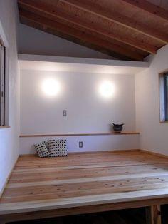 寝室の床を2段にして、上は布団を敷き、下を寝具の収納としました。 専門家:松井鉄美が手掛けた、小上がりのある寝室(厚木の家)の詳細ページ。新築戸建、リフォーム、リノベーションの事例多数、SUVACO(スバコ)