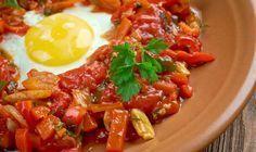 Recette Chakchouka Tunisienne ; La chakchouka est un plat tunisien réalisé avec des tomates, des oignons, des poivrons, des épices et des œufs.