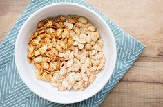 Roasted Pumpkin Seeds are a wonderful snack optiont his fall! Healthy Junk Food, Good Healthy Snacks, Yummy Snacks, Healthy Eating, Savory Pumpkin Seeds, Roasted Pumpkin Seeds, Roast Pumpkin, Skinny Mom Recipes, Low Calorie Snacks