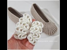 Crocodile Bow Making Section Crochet Shoes, Crochet Slippers, Crochet Videos, Baby Girl Shoes, How To Make Bows, Crochet Patterns, Cross Stitch, Make It Yourself, Knitting