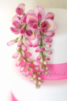 Wisteria in sugar paste. Sugargarden.it make some of the most stunning sugar flowers I have ever seen.