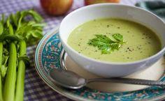 Uma ótima forma de se aproveitar todos os seus benefícios para a saúde e boa forma é através da sopa de aipo light. Confira algumas receitas.