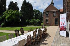 Vergaderen in een voormalig klooster in België.