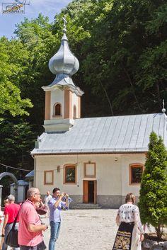 Mănăstirea Călugăra se află în judeţul Caraş-Severin, în apropiere de Oraviţa, într-o zona destul de izolată dar cu un farmec deosebit.