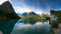 Preciosa imagen con el reflejo de las montañas en el lago.