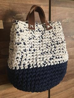 Shopper with leather bottom bag crochet – ArtofitThis Pin was discovered by Ter Diy Crochet And Knitting, Crochet Tote, Crochet Handbags, Crochet Purses, Love Crochet, Easy Crochet, Crochet Stitches, Crochet Patterns, Yarn Bag