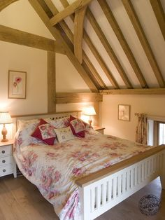 Oak framed cosy bedroom by Carpenter Oak Ltd. Cottage Interiors, Cottage Bedrooms, Country Bedrooms, Oak Framed Extensions, Oak Framed Buildings, Oak Frame House, Cosy Room, Timber Frame Homes, Beautiful Bedrooms