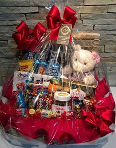 Looking for Valentines Day gifts for him? Why go for the usual bouquet of flowers when you can make these DIY Valentines Day gift baskets and bouquets? Candy Gift Baskets, Valentine's Day Gift Baskets, Candy Gift Box, Themed Gift Baskets, Candy Gifts, Birthday Gifts For Best Friend, Birthday Gifts For Boyfriend, Valentines Diy, Valentine Day Gifts