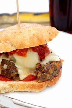 Burger med kødboller og tomatsauce