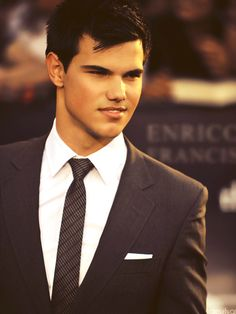 I love Taylor Lautner. I love good looking people in good looking suits! Taylor Lautner, Jacob Black Twilight, Twilight Saga, Twilight Renesmee, Twilight Movie, Black Queen, Martial, Taylor Jacobs, Sharkboy And Lavagirl