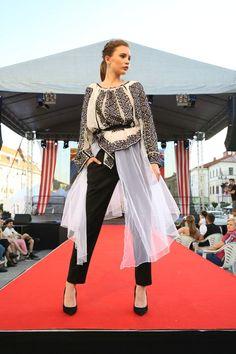 Rumunská móda pod Urpínom - Izabela Mandoiu in Slovakia Ramones, Sari, Gallery, Fashion, Saree, Moda, Roof Rack, Fashion Styles, Fashion Illustrations