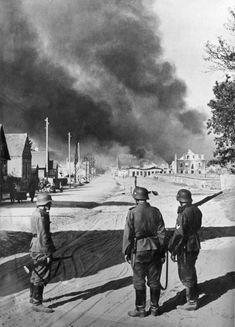 Фото: Три военнослужащих вермахта на улице Смоленска во время боев за город