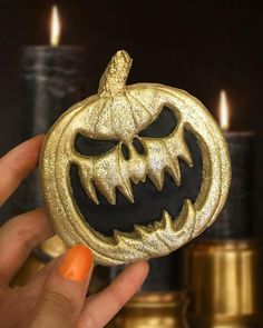 No photo description available. Halloween Food For Party, Halloween Desserts, Halloween Cakes, Halloween Treats, Halloween 2, Halloween Cookies Decorated, Halloween Sugar Cookies, Decorated Cookies, Cupcakes