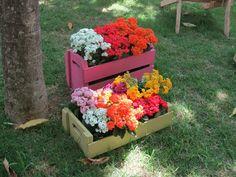 Recicle! Transforme caixotes de madeira em simpáticas floreiras.  #facavocemesmo