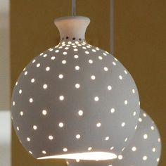 Beleuchtung, hängende Leuchte, Deckenleuchte aus 2 Unitof weiß-Keramikkugeln und Fein gelocht, handgefertigte Lampe